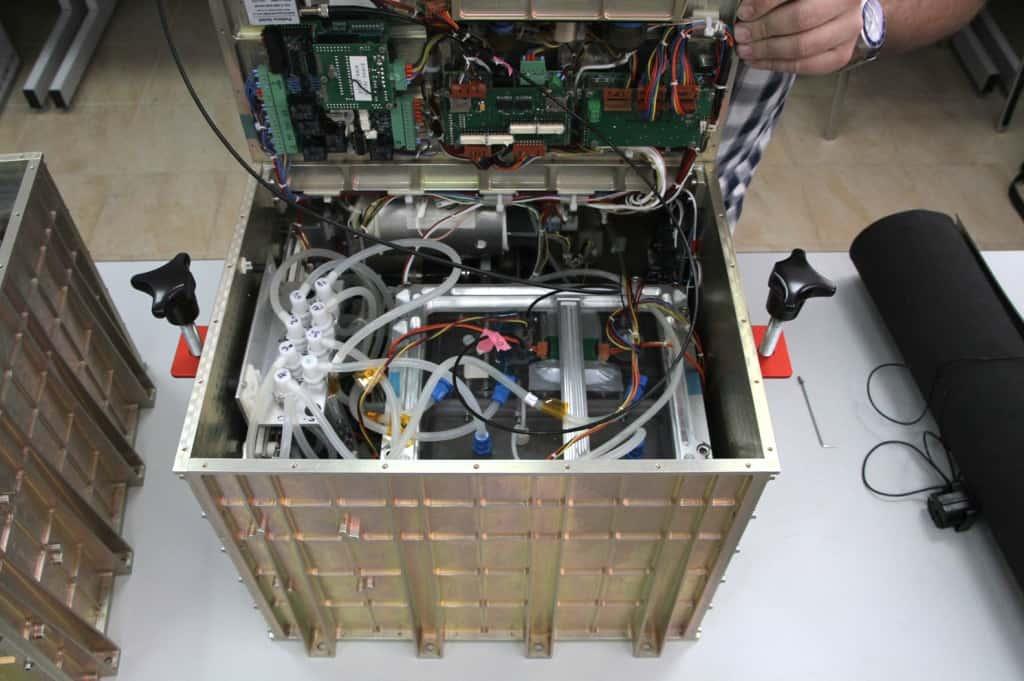 Jeden Millimeter nutzen die Wissenschaftler in dem Experimentcontainer aus Metall aus. Selbst am Deckel ist ein Teil der Elektronik befestigt, die die Biologen selbst entwickelt haben. Foto: FAU/Sebastian M. Strauch