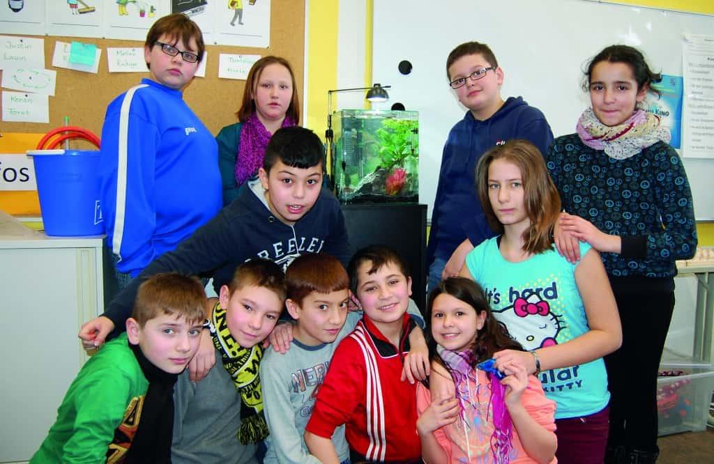 Die Schüler freuten sich sehr als erste Klasse in dieser Schule ein eigenes Aquarium im Klassenzimmer stehen zu haben.