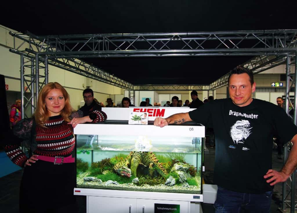 """Svetlana GALUSHA-GONCHARYONOK aus der Ukraine war die am weitesten angereiste Wettbe - werbsteilnehmerin, hier mit Oliver KNOTT vor dessen """"Dragon-Hunter""""-Aquarium"""