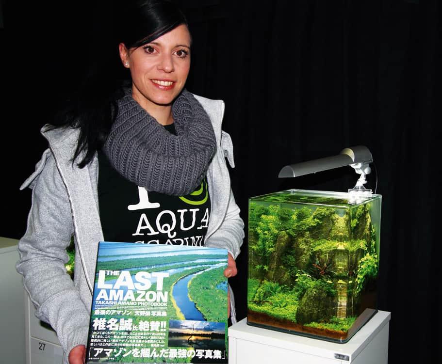 Nano-Siegerin Annika REINKE mit dem Siegerpreis von Takashi AMANO