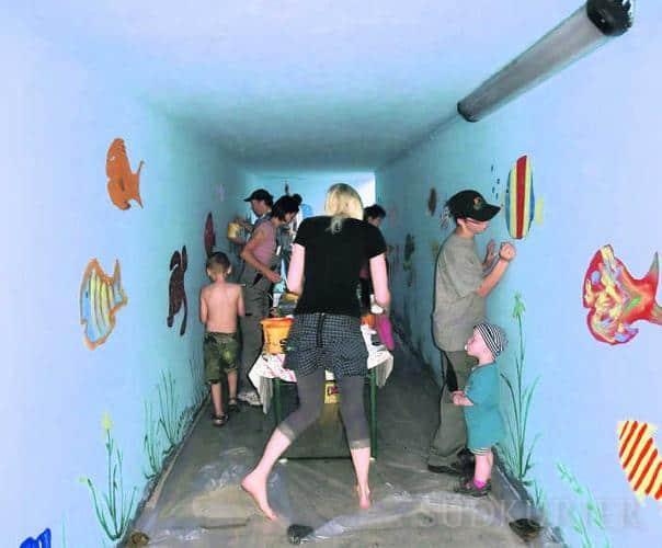 Die Kindergartenkinder und die Erzieherinnen haben die triste Unterführung in Rohrbach in ein buntes Aquarium verwandelt. Bild: Kindergarten