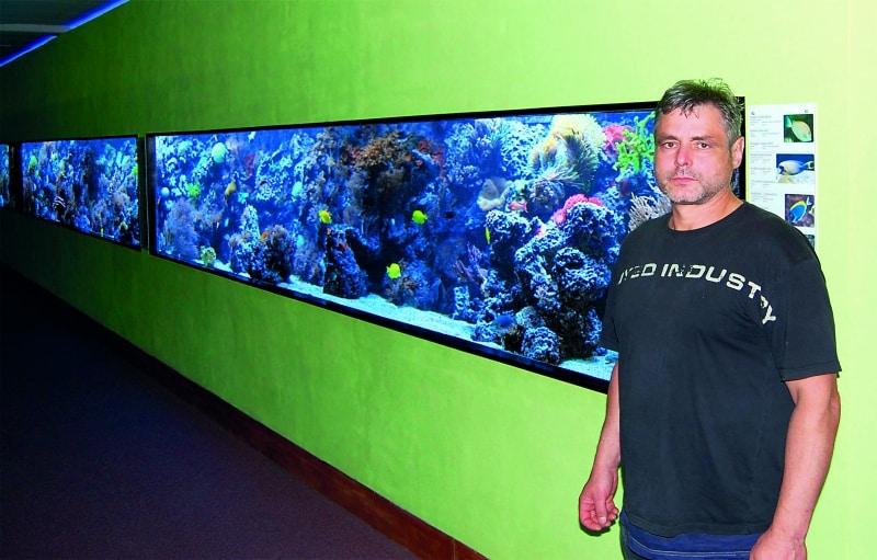 Foto: Inhaber Mario Gemballa vor seinem Riffaquarium. Foto: Florian Lahrmann