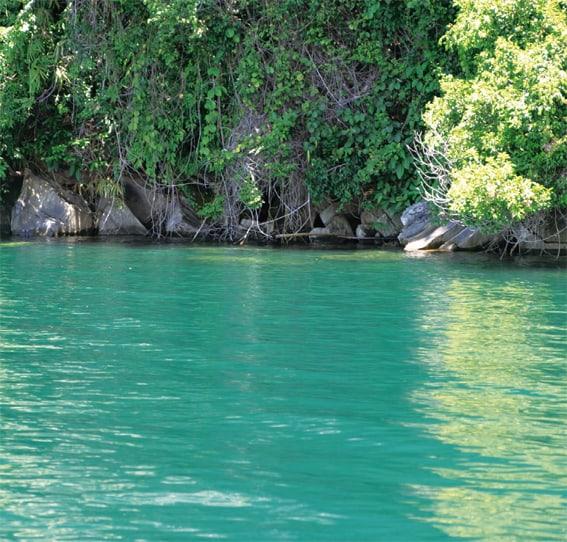 Der hohe Kalkgehalt des Wassers erzeugt oft eine besondere Färbung der Wasseroberfläche, Foto: Dr. T. von Rintelen