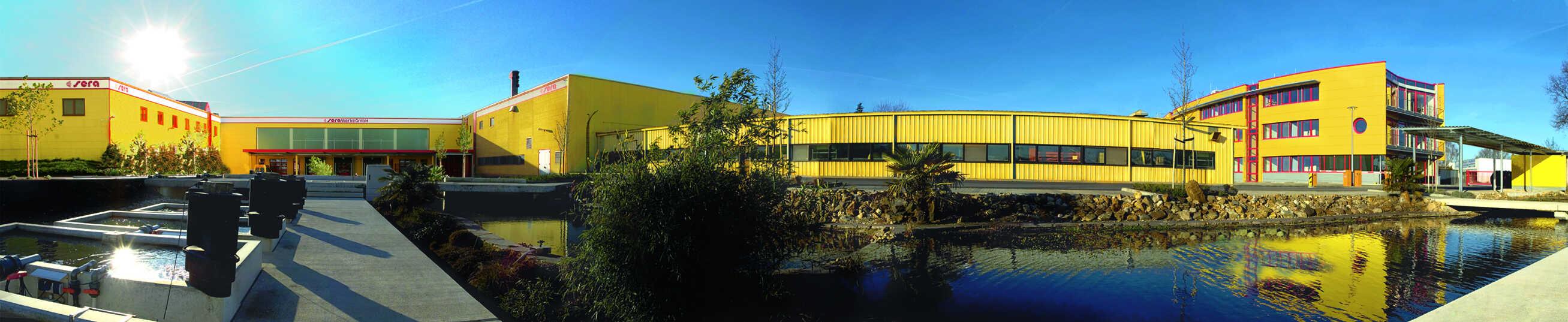 Am sera Unternehmenssitz in Heinsberg werden die hochwertigen Futter- und Pflegemittel für Aquaristik, Gartenteich und Terraristik gefertigt. Foto: © sera
